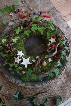 DIY moss wreath for winter. Just do it yourself with moss .- DIY moss wreath for winter. Just do it yourself with moss, rose hips, ivy, acorns, stars. Christmas Time, Christmas Wreaths, Christmas Decorations, Holiday Decor, Xmas, Crochet Christmas, Handmade Decorations, Advent Wreath, Diy Wreath