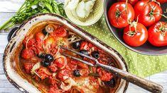 Pokud milujete jednoduché pokrmy, které nejsou spojené s horou nádobí, tohle je právě jeden z nich. Příprava tresky s rajčaty a olivami je rychlá, snadná, ale chuťově vynikající!