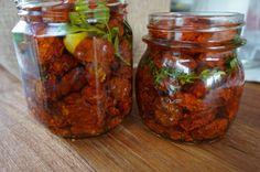 Kotimaisista tomaateista syntyy erittäin herkulliset aurinkokuivatut tomaatit kotoisasti uunin lämmössä.