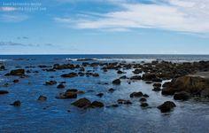AZUL OCÉANO SALPICADO DE ROCAS. Paisaje marítimo tranquilo que deja ver las aguas del océano Atlántico salpicado de rocas, en la isla de Terçeira, perteneciente a las islas Azores, Portugal.  Si estás interesad@ en adquirir esta fotografía, pide presupuesto en fotoalavista@alavistacreatividad.com. Te la imprimimos para decorar tu casa o lugar de trabajo, en el tamaño y material que prefieras (papel fotográfico, vinilo adhesivo, lienzo, lona, etc.)  Venta de imágenes para publicidad.