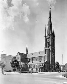 voormalige Monica Kerk aan de Herenweg, gesloopt in 1977, voorgrond: kruispunt Oudenoord Herenweg