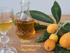 Η κρητική εκδοχή του nespolino (με ρακή) είναι ίσως το ωραιότερο λικέρ που έχω φτιάξει! Το άκουγα και δεν το πίστευα : το λικέρ από τα κουκούτσια του δέσπολου είναι μια εξαιρετική παραλλαγή του ama… Greek Desserts, Greek Recipes, Smoothie Drinks, Smoothies, Eat The Rainbow, Hot Sauce Bottles, Soul Food, Food Hacks, Food To Make