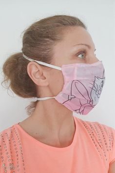 """Make your own reusable face mask that is breathable, comfortable to wear and easy to sew with this simple face mask pattern! An adorable fabric face mask pattern made in the fabric you love… Sewing Patterns Free, Free Sewing, Fabric Patterns, Hand Sewing, Free Pattern, Pattern Ideas, Easy Face Masks, Homemade Face Masks, Diy Face Mask"