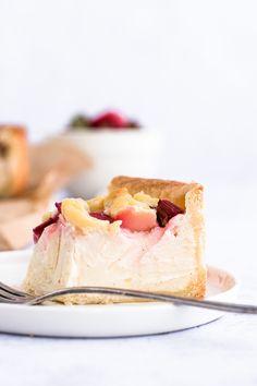 Rezept für cremigen Rhabarber Käsekuchen mit Streuseln | Madame Dessert