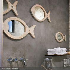 Wer sein Badezimmer maritim einrichten möchte, kann dies beispielsweise mit Fisch-Spiegeln tun. Die Fisch-Spiegel von Riviera Maison schaffen durch die Holzrahmen…