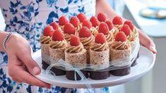 Milujete tradiční české dezerty z cukrárny? Štafetkový dortík představuje váš splněný sen – devatenáct vláčných štafetek spojených mašlí. Ale podělte se o něj. Oreo Cupcakes, Cupcake Cakes, Super Cook, Sweet Bar, Good Food, Yummy Food, Mini Cheesecakes, Mini Cakes, Food And Drink