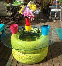 une table basse avec des matériaux de récup