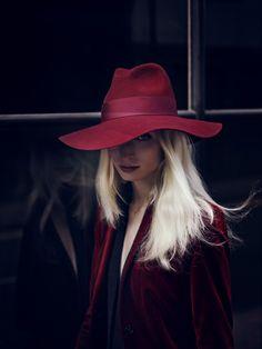 Queria ter coragem de usar um chapéu assim, quem sabe na Europa? Acho tudo!