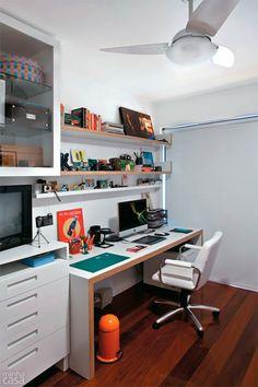 gaveteiro, bancada para estudos e computadores, tv.... no quarto de hóspedes