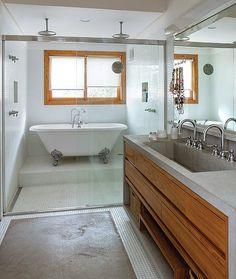 Banheiros: A área molhada do boxe, revestida com pastilhas da Vidrotil, tem duas duchas e banheira vitoriana da IDT elevada por um degrau. Projeto do arquiteto Jorge Siemsen