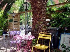Franska kaféet Le Jardin i Barcelona. Outdoor Chairs, Outdoor Furniture, Outdoor Decor, Arch, Barcelona, Outdoor Structures, Home Decor, Gardens, Longbow