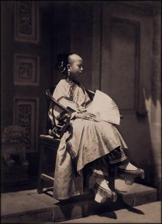 Portrait Of Manchu Girl In Traditional Costume, Peking, China, Photos Du, Old Photos, Vintage Photos, Vintage Postcards, Tianjin, Chongqing, Traditional Chinese, Chinese Style, Traditional Clothes