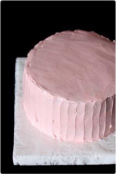Le glaçage d'un gâteau n'est pas forcément chose aisée mais il est bien de savoir le faire pour rendre un gâteau visuellement gourmand.  Je vais vous