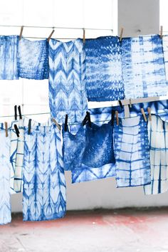 Die blaue Magie des Shibori in sisterMAG Foto: Shibori, Denim Fabric, Valance Curtains, Diy, Home Decor, Dyeing Fabric, Blue, Pattern, Art