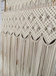 Curtain/wall hanging or as a decorative piece, this cooton yarn macrame adds a touch of freshness to your home. Macrame Design, Macrame Art, Macrame Projects, Yarn Projects, Macrame Wall Hanging Patterns, Macrame Patterns, Wall Patterns, Macrame Curtain, Weaving