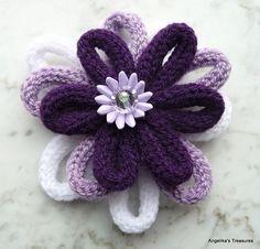 Flor realizada con distintas tiras de hilo tricotado con tricotin Loom Flowers, Knitted Flowers, Crochet Flower Patterns, Loom Knitting Stitches, Spool Knitting, Knitting Projects, Crochet Projects, Finger Crochet, Loom Craft