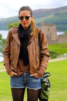 Outfit sportivo con giubbotto in pelle per visitare il lago di Loch Ness - DuDuBags & Irene's Closet