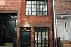 Narrowest house in New York City - A plaque on the three-story home notes that poet Edna St. Vincent Millay lived there in the 1920s #NewYorkCity