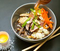 Det här japanskinspirerade rätten är lite som en fondue, fast ändå inte. Lägg kött, grönsaker, nötter, morotskimchi, sojapicklad shiitake och nudlar i skålar. Låt gästerna plocka i sin egen skål och hälla över en rykande varm buljong med ingefärssmak.