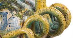 L'arte della ceramica risale al XI millenio a.C. I primi manufatti sono del neolitico, e si compongono di vasellame cotto direttamente sul fuoco. I manufatti considerati più antichi risalirebbero al XI millennio a.C. e sono stati ritrovati in Kyushu, Giappone. Gli artigiani di tutto il mondo fanno dei capolavori, con questa tipo di argilla dal colore grigio, o rossiccio. Dopo subentra l'arte del disegno a mano i quali rendono il vaso oggetto ammirato da tutti.