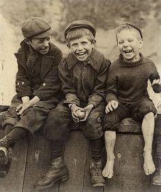 """""""Tres chicos felices"""" (1889). Obra de Francis Meadow Sutcliffe (1853-1941). Museo Preus de Noruega.  """"Three happy boys"""" (1889). Work by Francis Meadow Sutcliffe (1853-1941). Preus Museum (Norway)"""