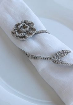 Flower napkin holder, free chart by luli Moss ༺✿ƬⱤღ https://www.pinterest.com/teretegui/✿༻