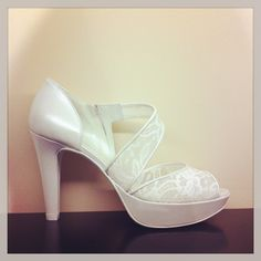 Zapato de novia cruzado de piel y encaje.