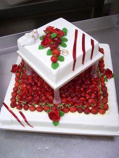 Tabler Torten. Hochzeitstorte mit Erdbeeren.