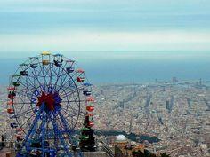 Indrukwekkend uitzicht over Barcelona vanuit het pretpark Tibidabo http://bezoekbarcelona.blogspot.com/2010/05/het-tibidabo-pretpark.html