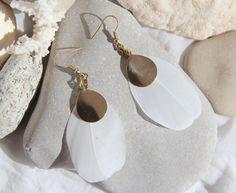 Boucles d'oreilles plumes blanches, goutte en laiton brut (doré) - bijou fin, original, ethnique, blanc by Myo jewel / free spirit Feather earrings, jewelry, worlwide shipment