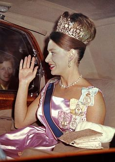 Princess Margaret wearing the Poltimore Tiara (and a perfectly coordinated hairdo) drives into Buckingham Palace for a state banquet Princesa Margaret, Princess Style, Princess Kate, Poltimore Tiara, Royal Jewels, Royal Tiaras, Crown Jewels, Fashion Through The Decades, Margaret Rose