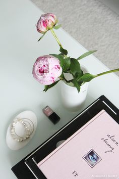 Modern and chic livingroom with black, white and pink - Adalmina's Secret