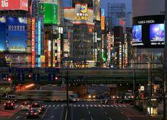 Vista noturna de Shinjuku, Tóquio, Japão.