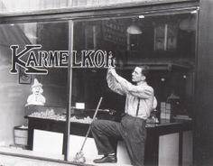 Russell Lee, Sign Painter, Sioux City, Iowa, 1936 - Amazing aaamazing... It is tricky to get a pict like this. The window glass mostly make a reflection