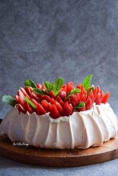 Beza Pavlova - tort bezowy z truskawkami - Just Be Fit Be Strong! Naked Cakes, Pavlova, Meringue, Chocolate Cake, Custard, Sweet Recipes, Mango, Cheesecake, Food Porn