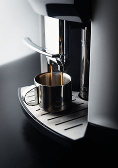 Farm Kitchen Decor, White Kitchen Decor, Kitchen Decor Themes, Kitchen Interior, Coffee Machine Design, New Kitchen Doors, Coffee Dispenser, Mason Jars, Recipe Cup