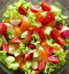 Warzywa i jajka ułożone na sałacie