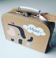 koffertje Mare nav geboortekaartje  #kraamkado #kraamkcadeau #kinderkoffertje #kinderkoffertjes #kadometnaam #geboortekaartje #koffertjemetnaam van www.bepenco.com