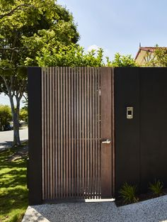 Barlow House by Alexandra Buchanan Architecture - Ambitious .- Barlow House by Alexandra Buchanan Architecture – Ambitious Transform As A Result The Front Façade Was Transformed, Giving House Barlow A New Identity. Front Gates, Front Fence, Entrance Gates, House Front Gate, Tor Design, House Gate Design, Front Gate Design, Modern Fence, Residential Architecture