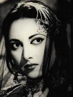 Actress and singer Suraiya appeared in over 60 films. She starred in some of Bollywood& top grossing films of the late including Pyar Ki Jeet, Badi Behen and Dillagi. Vintage Bollywood, Old Bollywood Songs, Bollywood Stars, Bollywood Actress, Indian Film Actress, Indian Actresses, Kamini Kaushal, Groomsmen Grey, Indian Goddess