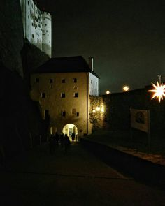 Let the stars guide you back to the city centre after visiting the Christmas market at the fortress  #visitsalzburg #salzburg #salzburgo #salisburgo #calmness #offthecrowd #specialmoments #newperspective #keepexploring #exploretocreate #passionpassport #mytravelgram #instatravel #christmasmarket #adventmarket #christmasiscoming