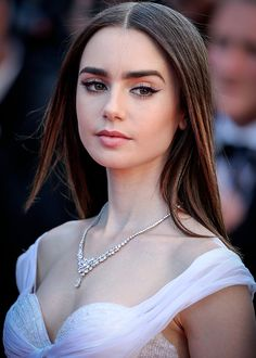 Lily Collins makeup looks 💄💋 Pretty People, Beautiful People, Beautiful Beach, Girl Face, Beautiful Actresses, American Actress, Makeup Looks, Hair Beauty, Glamour