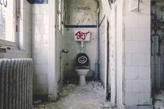 Gesundheit auf der Toilette - Become Conscious Small Bathroom Tiles, Bathroom Doors, Bathroom Design Small, Bathroom Scales, Small Bathrooms, Bathroom Storage, Bathroom Ideas, Washroom Design, Bathroom Plumbing