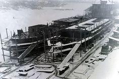 Háború utáni téli táj a népszigeti Duna-ágnál, Dunába omlott északi összekötő vasúti híddal, félkész hajótestekkel.