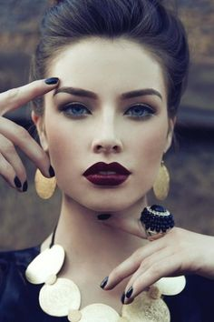 Dark lipstick back into fall makeup trends. The celebrities, fashion models, and women become more frequent lately daub dark lipstick color to display bold Beauty Makeup, Eye Makeup, Hair Beauty, Makeup Eyebrows, Plum Lipstick Makeup, Eye Brows, Makeup Style, Makeup Brushes, Prom Makeup