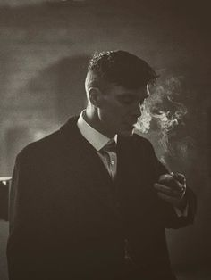 """clássico ohfuckyeahcillianmurphy: """"Before the take… Cillian Murphy on the set of Peaky Blinders by Robert Viglasky """" Peaky Blinders Poster, Peaky Blinders Wallpaper, Peaky Blinders Series, Peaky Blinders Quotes, Peaky Blinders Tommy Shelby, Peaky Blinders Thomas, Cillian Murphy Peaky Blinders, For Emma Forever Ago, Film Serie"""