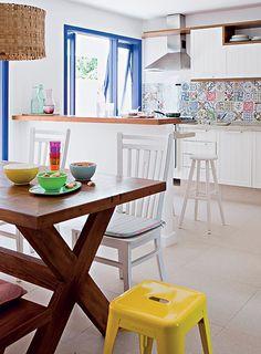 A cozinha, antes pequena, acabava no balcão que hoje divide o espaço. A dependência de empregada virou uma sala de almoço, para atender ao desejo principal da família: viver a simplicidade de outros tempos. Projeto da arquiteta Andrea Reis