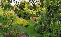 Es gibt viele Gestaltungsideen mit Rasen. Ob als perfekt gepflegte Grünfläche, als Bühne für Sitzplatz und Blumenrondell oder als Verbindung zwischen anderen Gartenelementen – so setzen Sie Ihren Rasen in Szene!