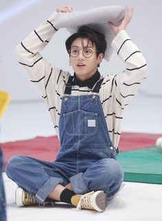 Image shared by btsarmyturkey. Find images and videos about kpop, bts and jungkook on We Heart It - the app to get lost in what you love. Jungkook Lindo, Vlive Bts, Jungkook Cute, Kookie Bts, Jungkook Oppa, Bts Bangtan Boy, Namjoon, Bts Jungkook Pictures, Jungkook Glasses