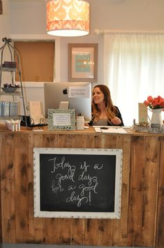 rustic upcycled hair salon - Google Search Salon Reception Desk, Spa Reception Area, Salon Vintage, Beauty Salon Decor, Salon Marketing, Beauty Shop, Quote Board, Message Board, Chalk Board